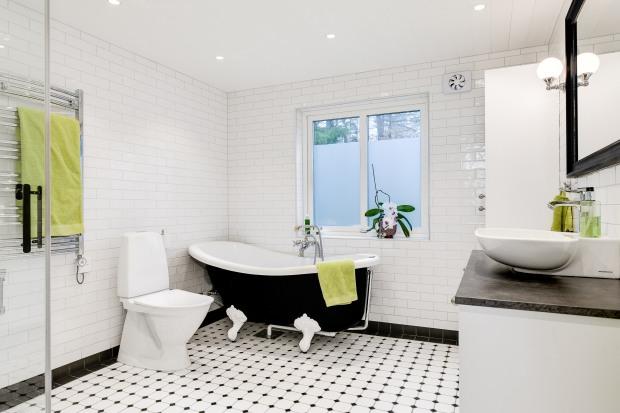 Bild på badrum från Dekora - svart badkar på tassar