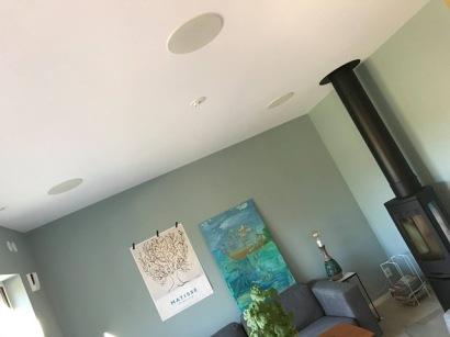 Inbyggt ljud i högtalare i tak och väggar är snyggt och bra
