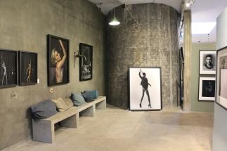 Lokalerna på The PhotoGallery med tavlor av Jesper Molin