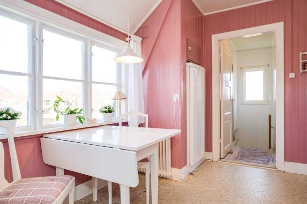 Ett kök i rosa och vitt för dig som gillar retro