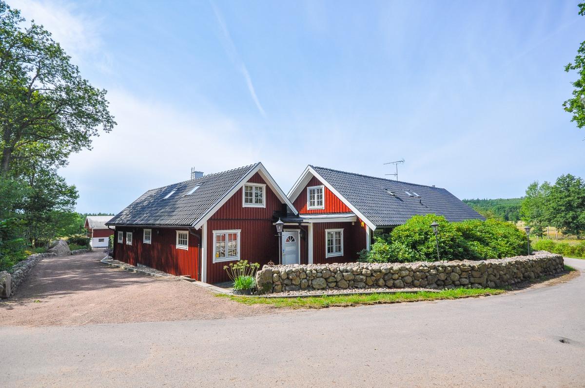 Måla huset? Fasadbild - Rött hus med vita knutar.