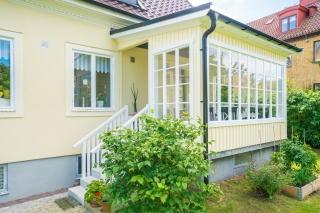 Putsad villa i Halmstad, solig sommarveranda