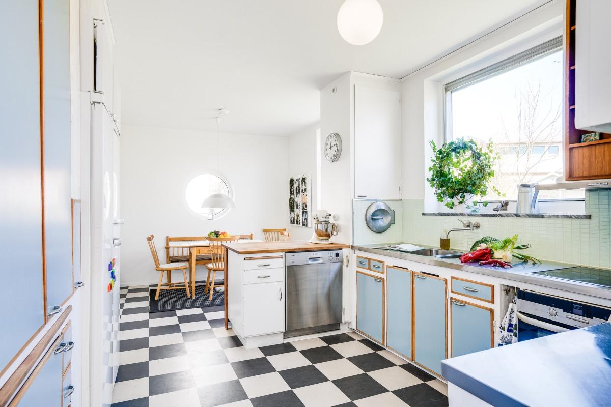 Här har man bevarat det platsbyggda köket från femtiotalet