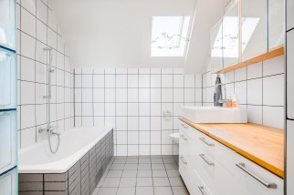 Badrum i femtiotalsvilla, moderniserat efter dagens standard och stil