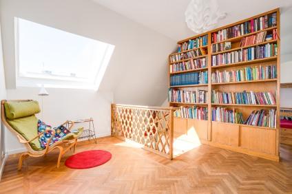 Platsbyggt och specialdesignat trappräcke och bokhylla