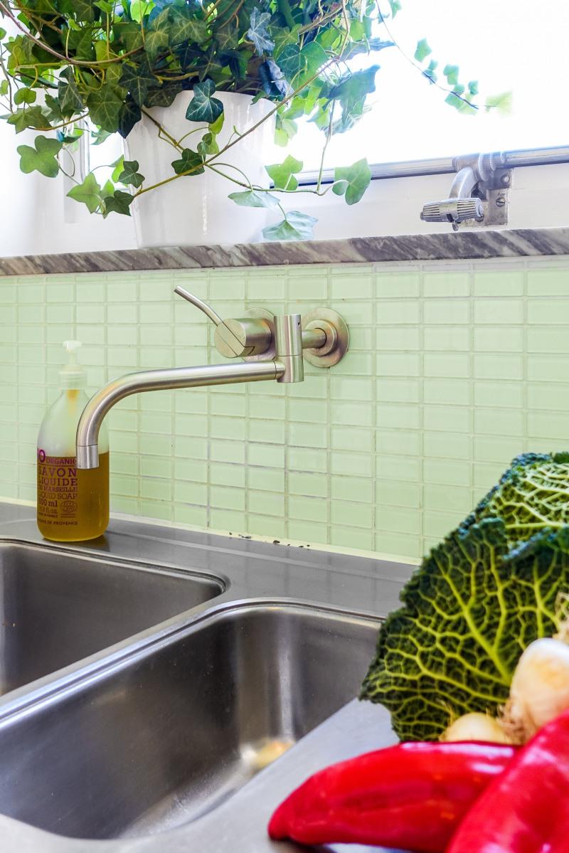 """Blandaren i köket är i borstad stål från danska Vola, design Arne Jacobsen. """"Att lägga pengar på en blandare tycker vissa är onödigt, men för mig är det en vardagslyx"""" säger Mia och menar att hon njuter varje gång hon skruvar på vattnet."""