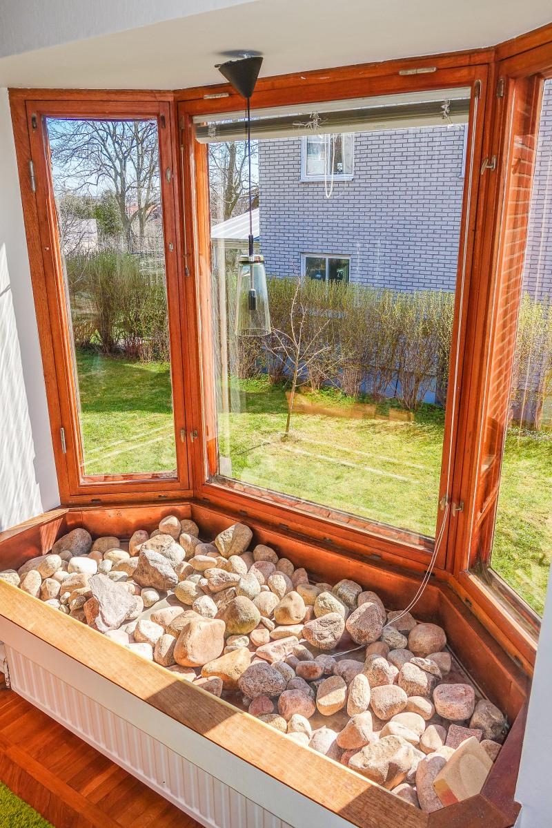Blomsterfönster i teak och koppar