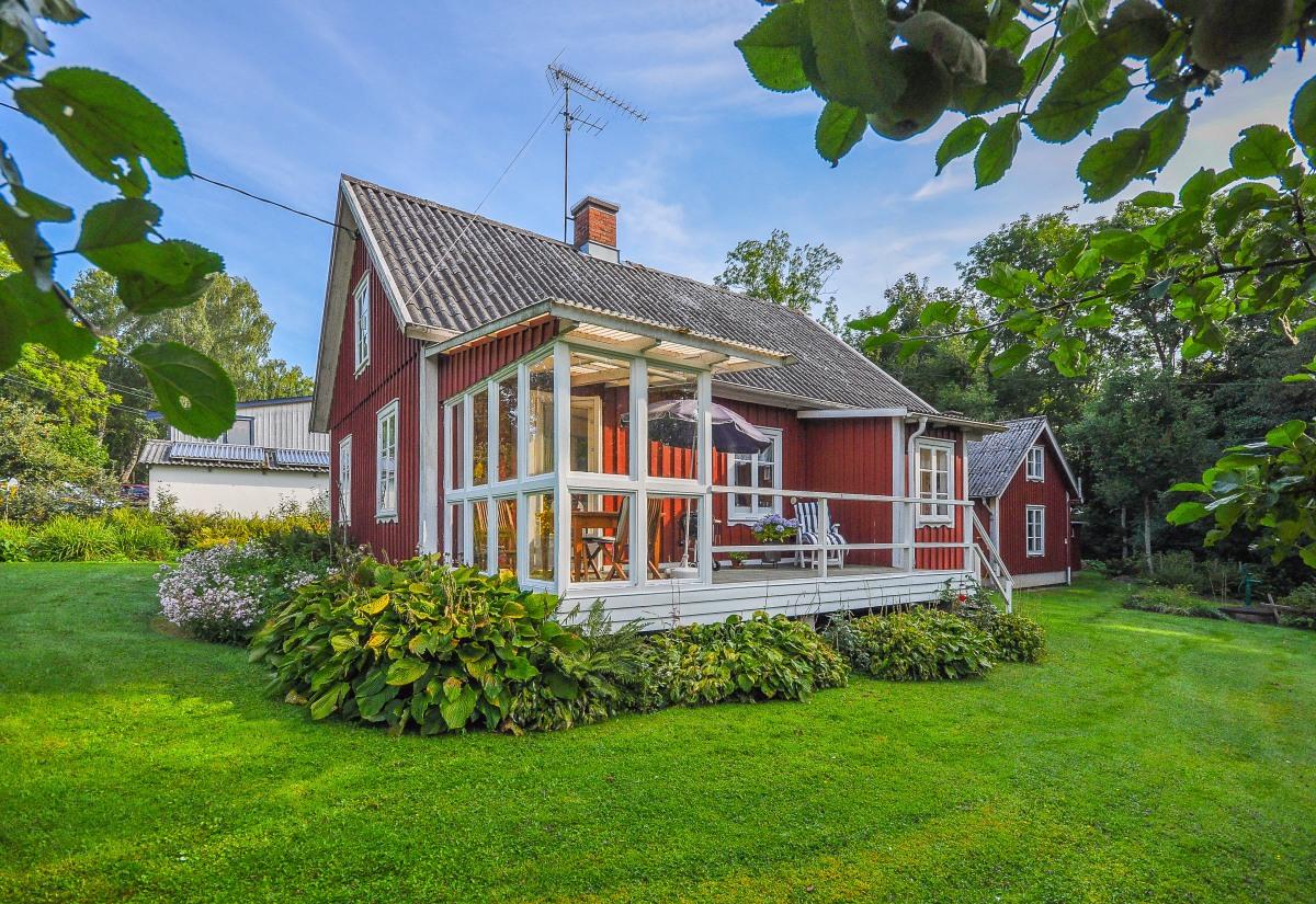 Måla huset? Röd stående panel med vita knutar och spröjsade fönster