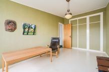Sovrum i grönt med tapetserade garderobsdörrar - för dig som gillar retro