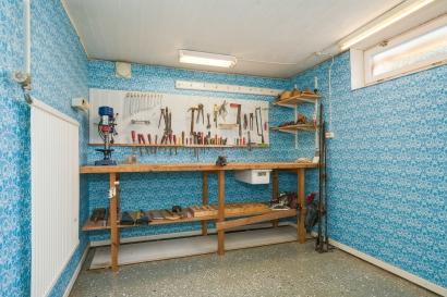 Källare, verkstad i blått med arbetsbänk