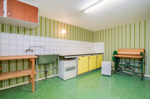 Källare, tvättstuga i grönt, med mangel, original för dig som gillar retro