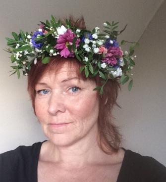 färdig midsommarkrans från Fröken Wiolas Blomsterverkstad