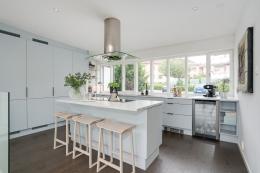 Kök i grått med top av Carraramarmor