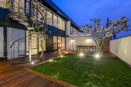 Innergård med körsbärsträd