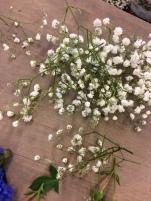 Fröken Wiolas Blomsterverkstad binder midsommarkrans