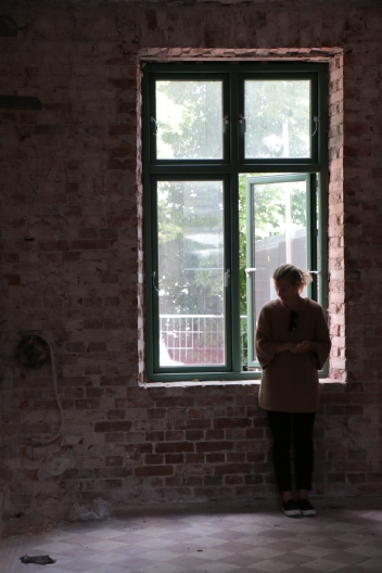 Maria Klasén vid fönster i Doktorsvillan
