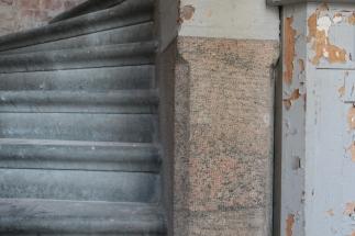 Fundamenten av granit ska familjen bevara synliga i renoveringen.