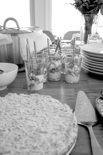 Matjesill i glas, matjesilltårta som del av midsommardukningen!