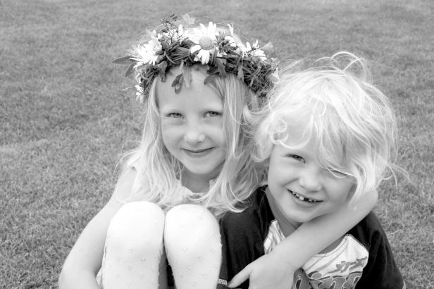 Pojke och flicka med midsommarkrans i håret