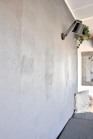Lite sand i en burk svart färg blev 1000 gånger snyggare, menar Peter på Söderpiren som målat denna vägg med inslag av naturen.
