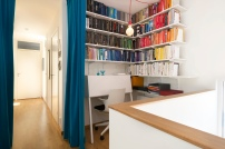 Färgkoordinerad bokhylla ger ett lugnare intryck! Foto: Fredrik Andersson, xcLens
