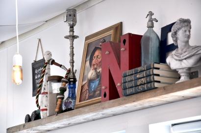 Dekorativa böcker bland andra föremål! Foto: Jessika Nilsson