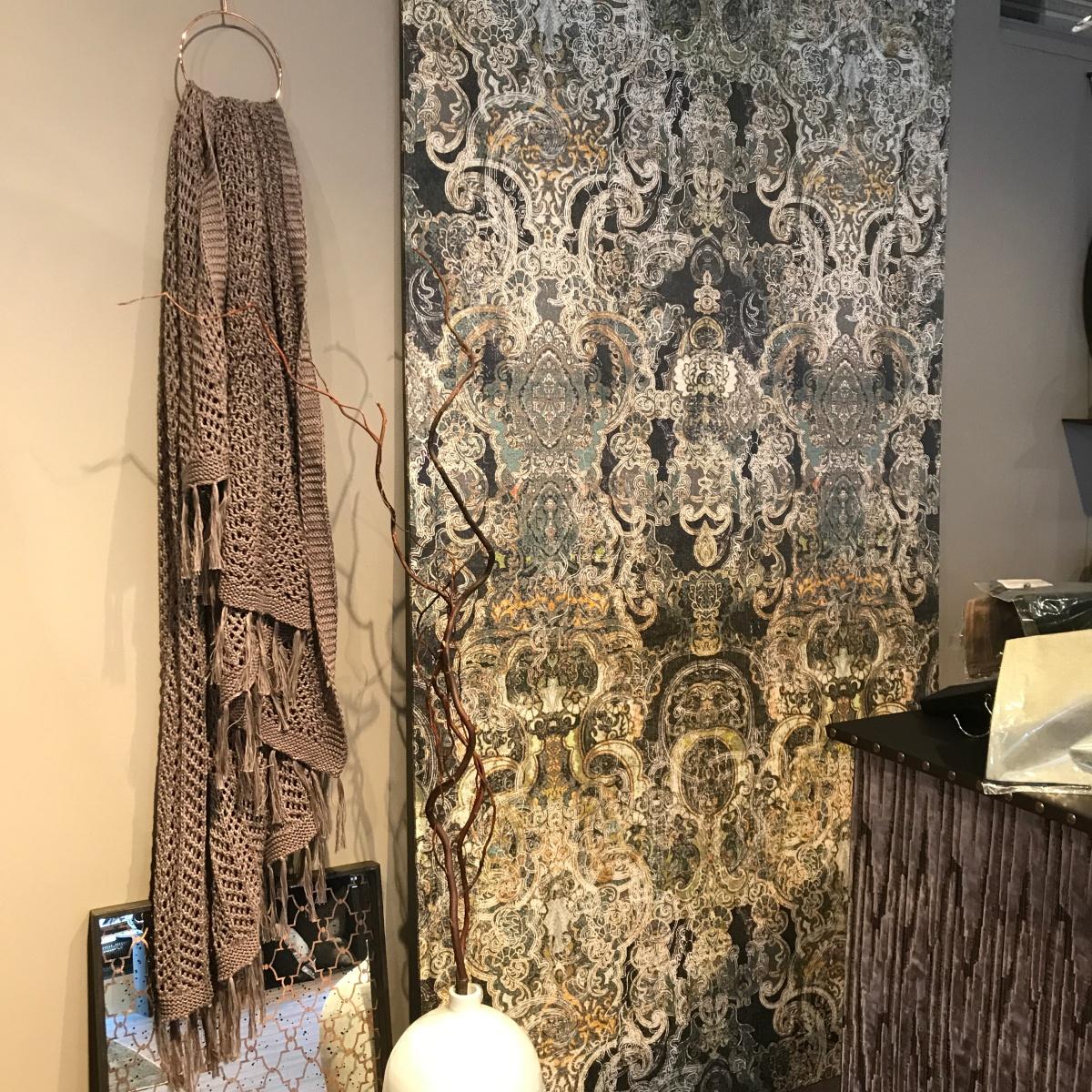 En vacker bonad på väggen kan ersätta en fondvägg eller bonad och hjälper till med din ljudmiljö i rummet! Foto: Jessika Nilsson