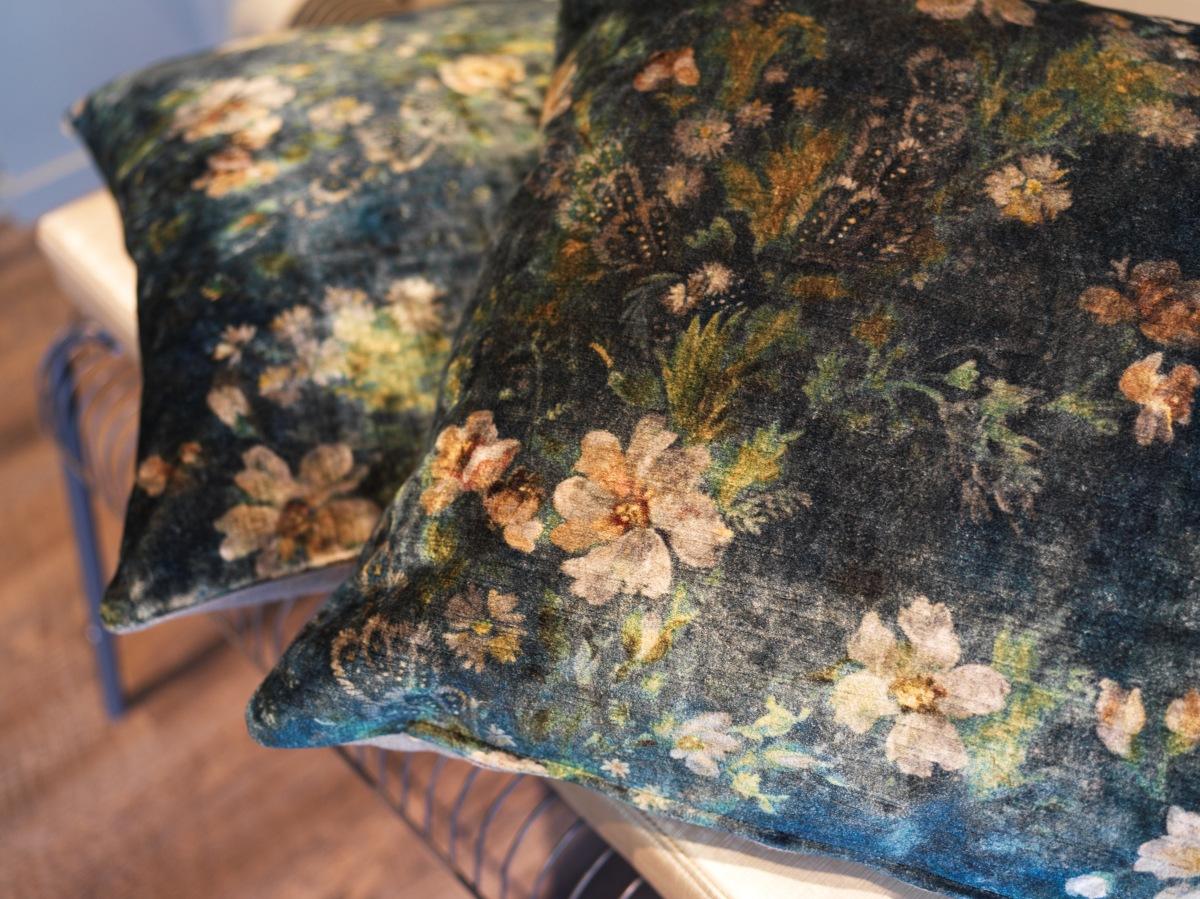 Blommigt i murriga färger, här på vackert sammetstyg är både rätt och rogivande! Foto: Anders Sällström Photography