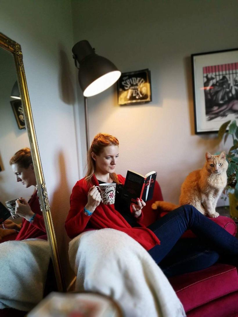 Catharina Sanjay uppkrupen i sin läshörna med en bok! Foto: Daniel Sanjay