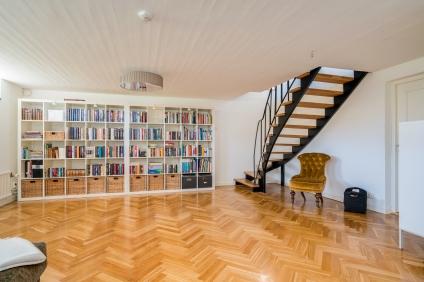 Stor bokhylla med plats för förvaring!
