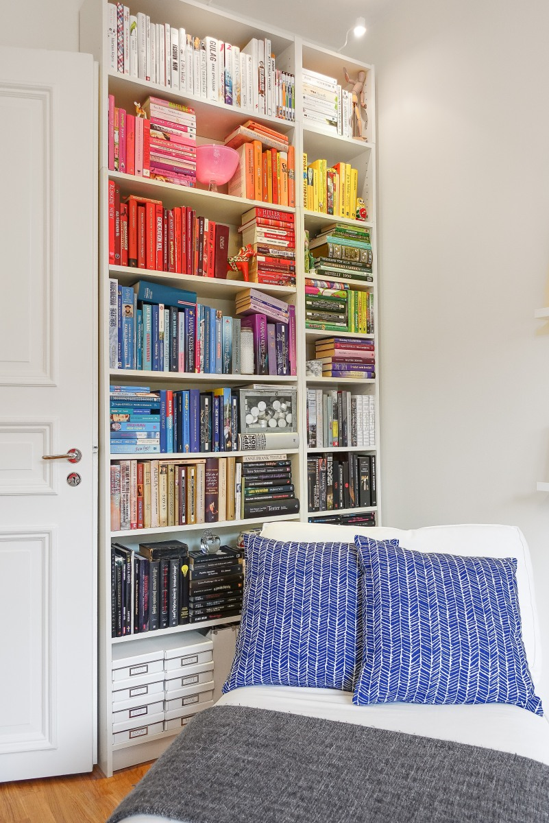 Färgkodad bokhylla med lika färgkoordinerade prydnader! Foto: Fredrik Andersson, xcLens