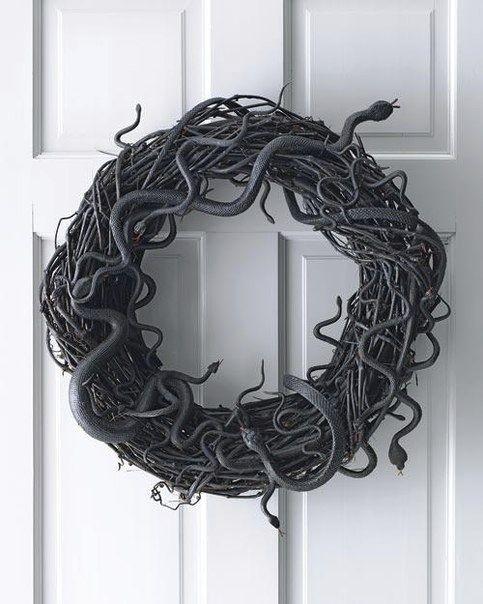 En ormkrans passar bra till Halloween! Bilden är lånad från Pinterest och återfinns med länk på vårt konto där.