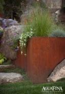 Snyggt integrerad med stenarna i utemiljön! Bild: AguaFina