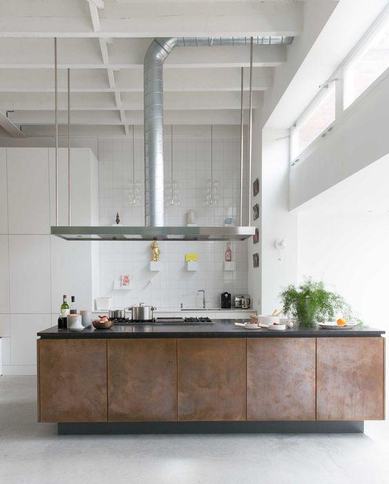 Kök med schysta luckor i Cortenplåt - bild: Planete-deco.fr