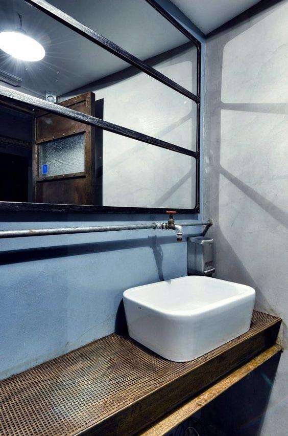 Badrum med snyggt galler och fiffig blandare från Trendland.com