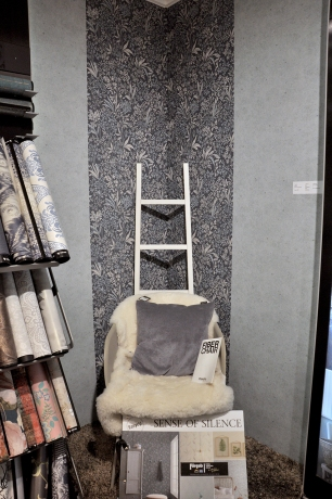 Tapetsera en del av rummet för att rama in en möbel eller grupp. På så sätt kan du skapa rum i rummet!