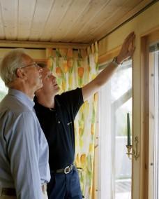 Vid genomgången av huset får man lära sig mycket av besiktningsmannen! Bild: Anticimex