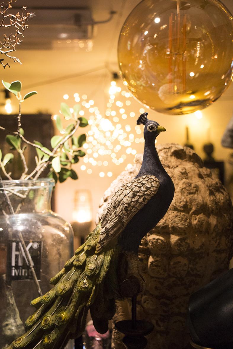 Påfågeln fångade mitt intresse bland alla saker på hyllorna i rummet längst in i butiken - min (fotografens) favoritdel på Patriks Prylar!