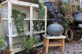 Utomhus i caféet finns också prylar att botanisera bland. Vackra ting med patina.