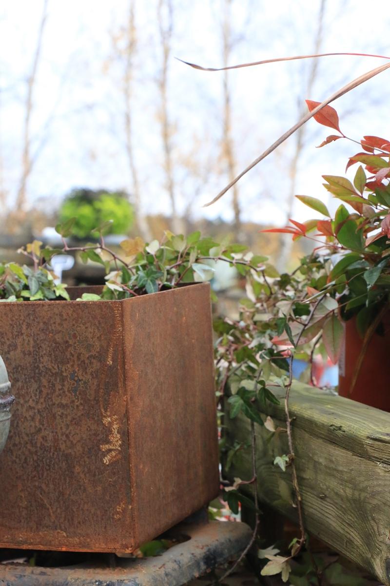 Utomhus finns också prylar att botanisera bland. Ting med patina.