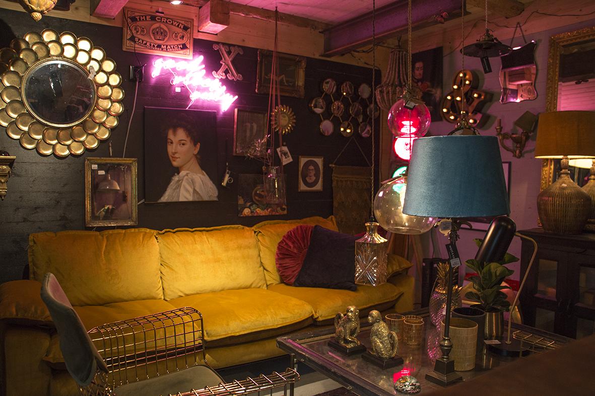 Den senapsgula soffan är galet snygg och skön att sitta i och är den dyraste möbel Patrik investerat i till butiken!