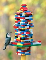 Ett coolare fågelbord för legofantasten! Bild lånad från alltomträdgård.se