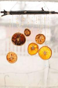 Vackra i fönstret som en mobil! Bild lånad från amelia.se