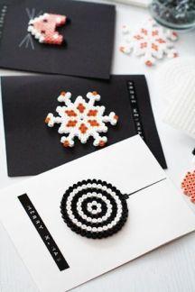 Fina kort med pärlor! Låt barnen hjälpa dig! Bild lånad från handverkarna.se