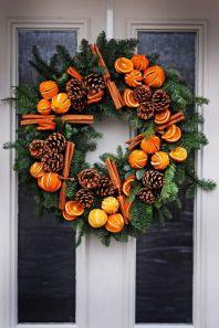 Vacker dörrkrans med citrusfrukt och kanel - bild lånad från Moutan