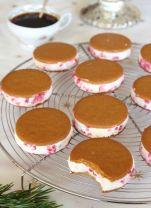 Fyllda pepparkakor - välj smaksättning mellan hallon och polkagris! Bild från tidningen Hembakat