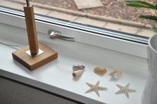 Foder och fönsterbrädor går att få i olika varianter och är i lackad trä för en mjukare känsla. Bild: Patrik Ferdinandsson, Fönsterbolaget i Halland (Norlux Fönster)