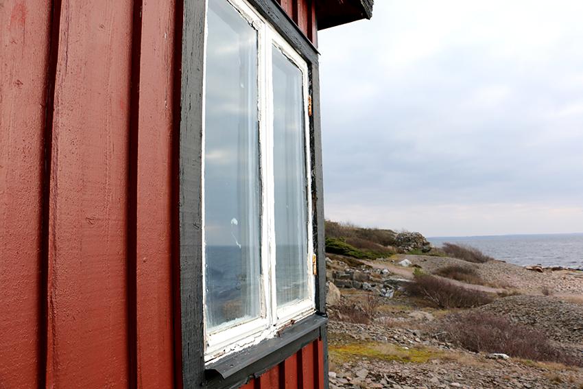Stugfönster med utsikt. Bild: Jessika Nilsson