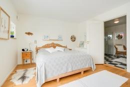 Sovrum med badrum en suite