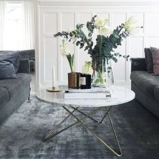 Sammetssoffor, marmorbord, mattan.. helheten i detta är perfekt!